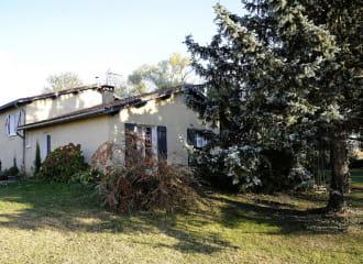 Gîte 'La Brocantine' à Corcelles-en-Beaujolais (Rhône) : l'extérieur au Printemps